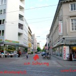 Wir befinden uns auf der Kaiserstraße zwischen der Haltestelle Kronenplatz / Universität und Marktplatz an der Adlerstraße. Von dort aus gehen wir nach Süden (vom Schloss weg) bis zum Lidellplatz ...