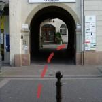 Durch diesen Eingang betreten wir nun den Gewerbehof.