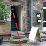 Vor der Tür weißt auch schon der Plakatständer darauf hin, dass die Schwung sich gerade trifft.